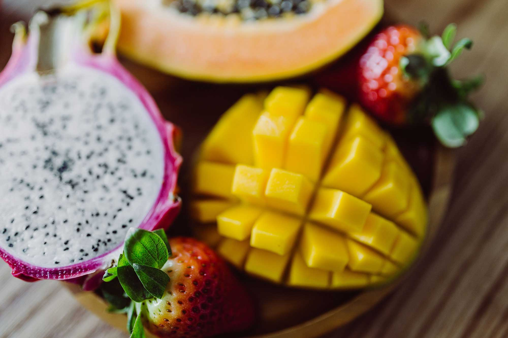 kaboompics_Exotic-fruits-on-a-wooden-table